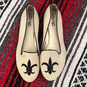 NWT Fleur de lis slip on shoes
